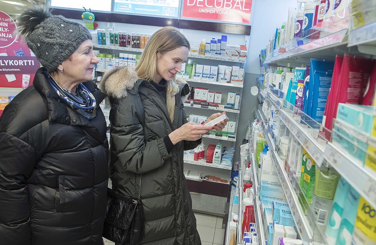 Pietarilaiset Galina ja Tatjana Ivanova käyvät aina apteekissa Suomen-matkoillaan.